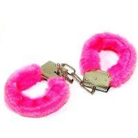 Наручники с мехом сувенирные малинового цвета с 2 двумя ключами