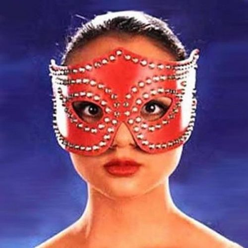 Красная кожаная маска на глаза с пайетками