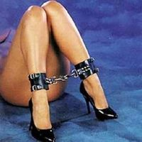 Черные кожаные кандалы для ног для БДСМ-игр
