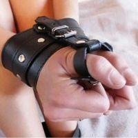 Кожаные наручники черные с ограничением на пальцах