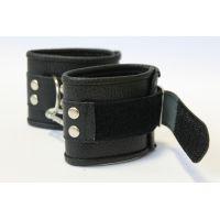 Наручники кожаные с металлическими деталями на липучках Notabu чёрные L 22,5 см универсального размера