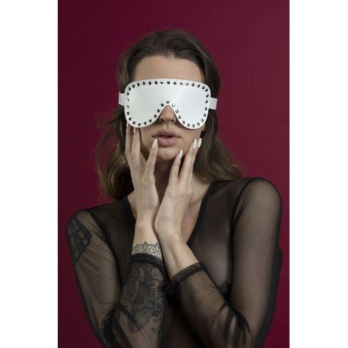 Маска закрытая с заклепками на глаза Feral Feelings белая для БДСМ